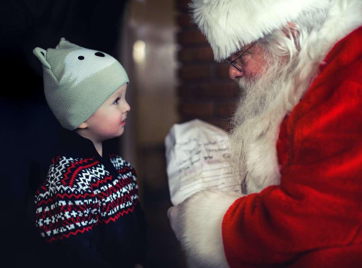 Weihnachtsmann mit Geschenk, Weihnachtsbäume sicher online kaufen
